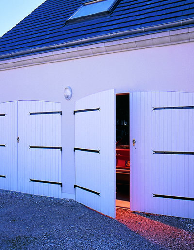 Porte de garage sur mesure en bois cintrée