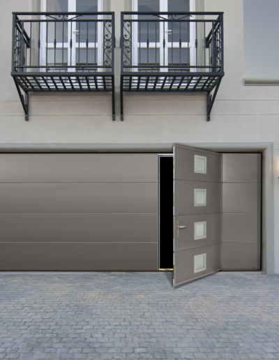 Porte garage sectionnelle plafond avec portillon